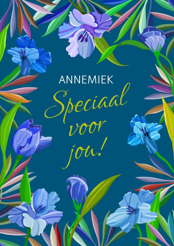 Bloemenkaarten - Mooie bloemenkaart met blauwe lelies op donker