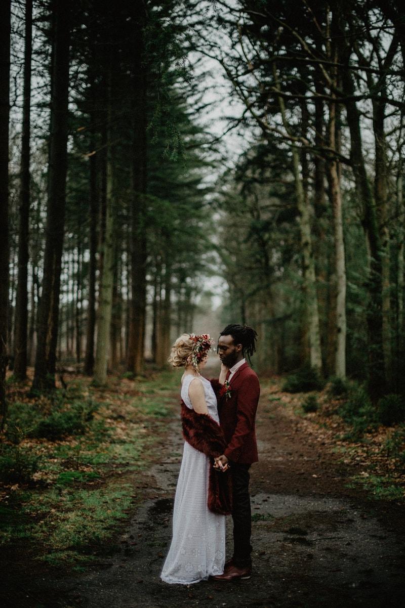 Bruiloft met bordeaux fotoshoot in het bos