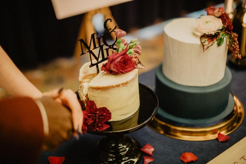 Bruidstaart met bordeaux details
