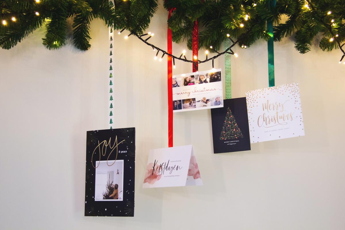 Kerstkaarten bevestigen