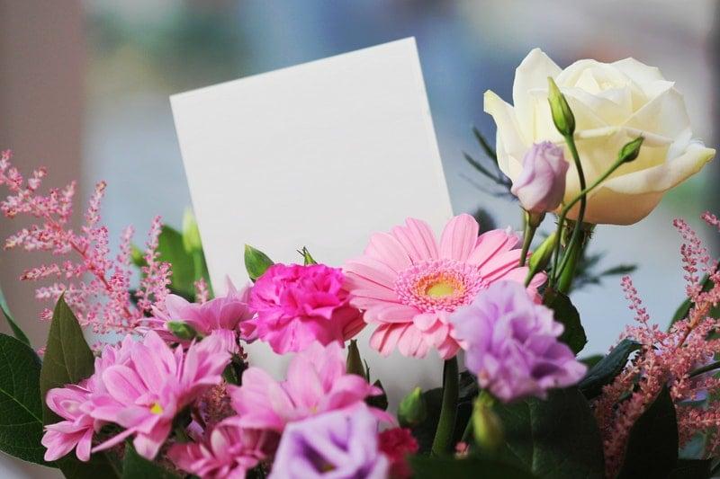 Valentijnsdag laat bloemen bezorgen op haar werk