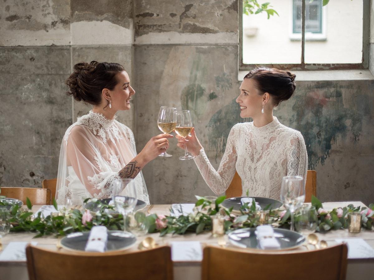 Bruiloft tafel bloemen slinger