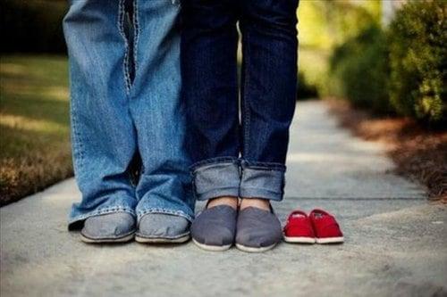 Zwangerschap aankondigingen met 3 paar schoenen