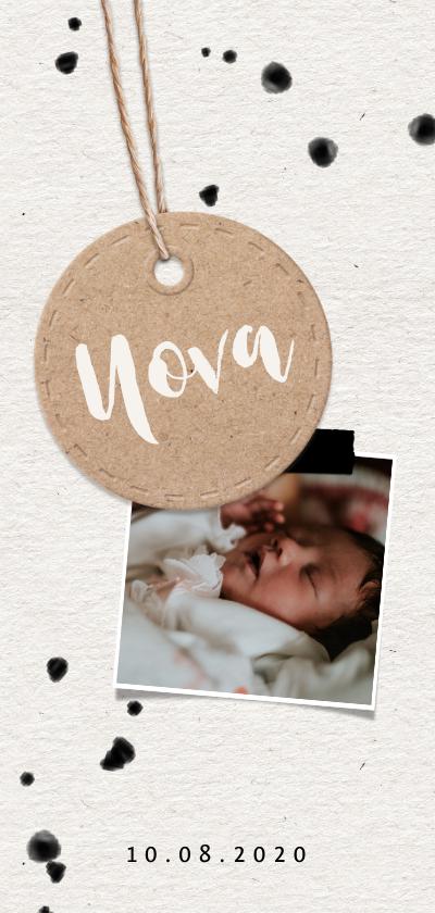 Geboortekaartjes - Papierlook geboortekaartje met label en spetters