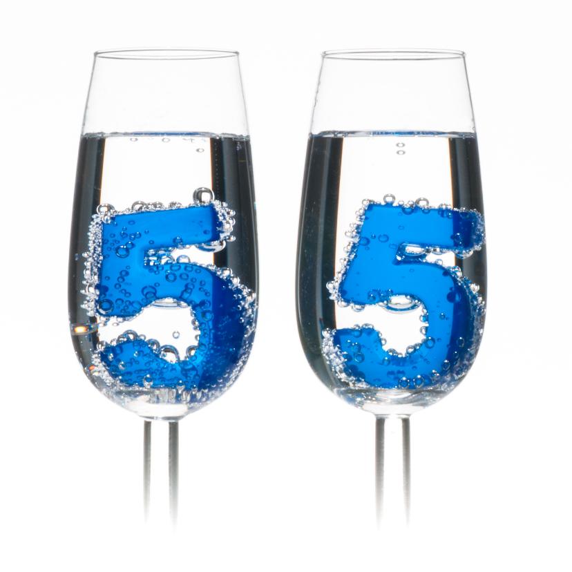 55 in champagne glazen met bubbels 2