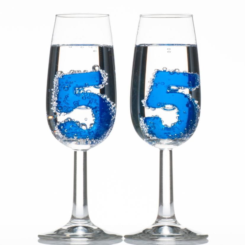 55 in champagne glazen met bubbels 1