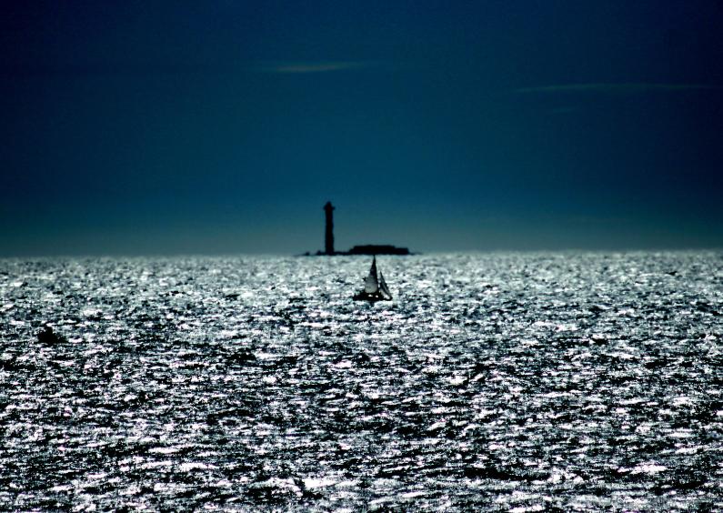 Bootje in blauwe zee 1