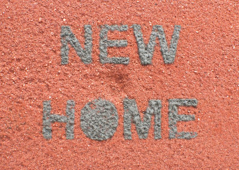 NEW HOME van cementletters op baksteen 1