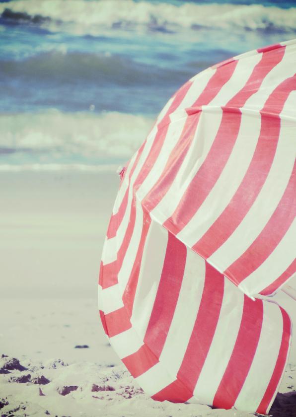 Retro fotokaart parasol op het strand 1