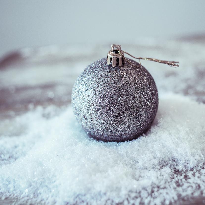 Kerstkaarten - kerstbal in de sneeuw