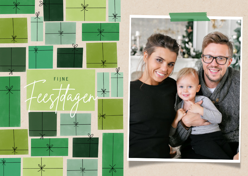 Kerstkaarten - Leuke kerstkaart groene cadeau's en foto op papierlook
