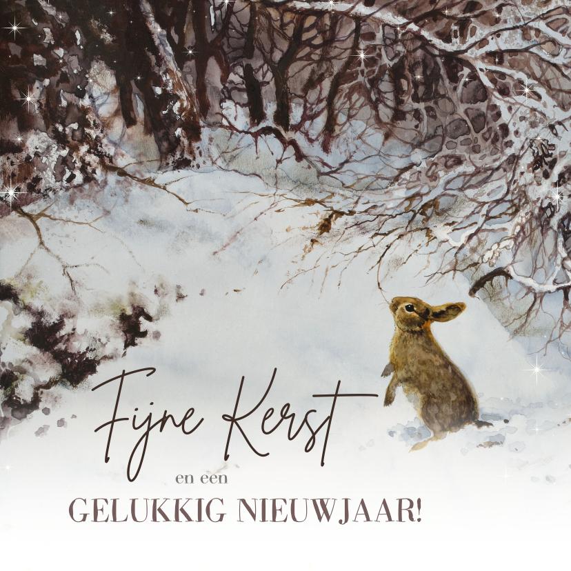 Kerstkaarten - Lief kerstkonijn in winterbos onder besneeuwde takken
