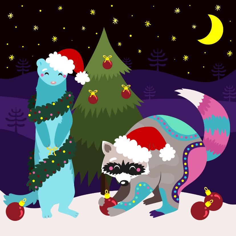 Kerstkaarten - Vrolijke kerstkaart met wasbeer en fret die boom optuigen