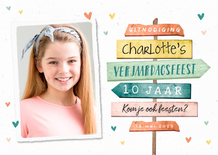 Kinderfeestjes - Kinderfeestje uitnodiging meisje wegwijzers hartjes foto