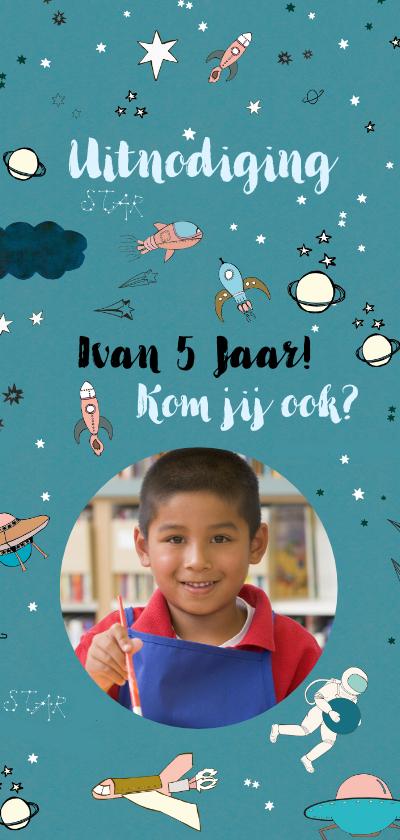 Kinderfeestjes - Kinderfeestkaart met space thema en vervangbare foto