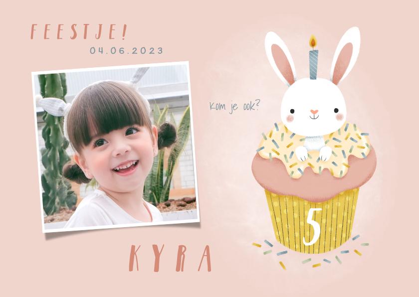 Kinderfeestjes - Lieve uitnodiging kinderfeestje konijn in cupcake en foto