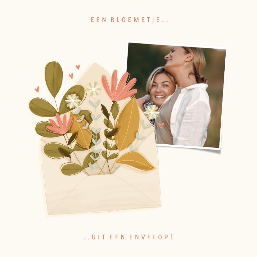 Moederdag kaarten - Moederdagkaart met foto en een bloemetje uit een envelop
