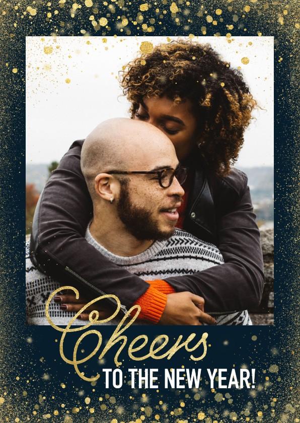 Nieuwjaarskaarten - Stijlvolle nieuwjaarskaart met gouden confetti en typografie