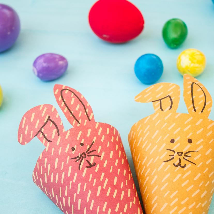 Paaskaarten - Kaart met twee paashazen en gekleurde eieren