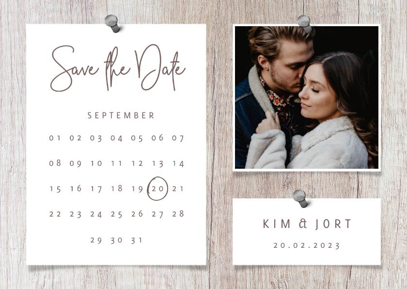 Trouwkaarten - Save the date kalender hout met foto's en spijkers