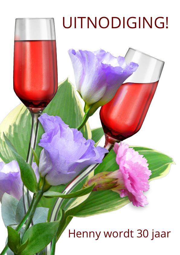 Uitnodigingen - Leuke uitnodiging met gebogen glazen tussen bloemen