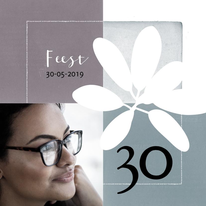Uitnodigingen - Moderne uitnodiging voor verjaardag (30) met foto en bloem