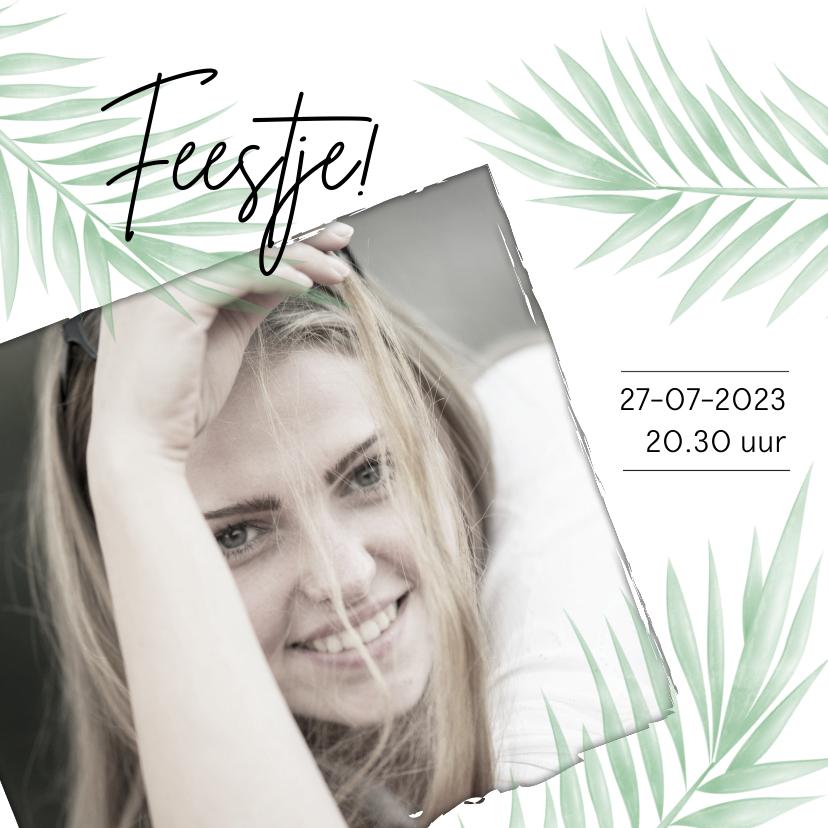 Uitnodigingen - Trendy uitnodiging met foto en tropische bladeren