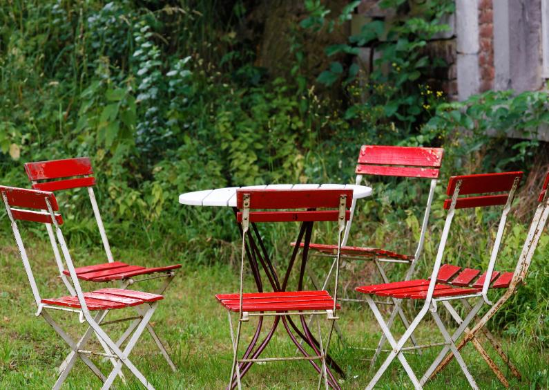 Uitnodigingen - Tuintafereel met rode stoeltjes - OT