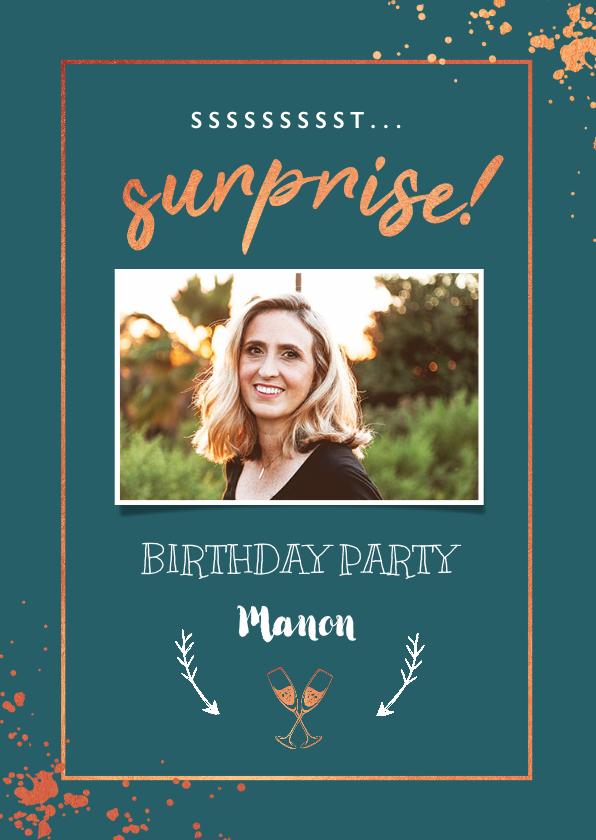 Uitnodigingen - Uitnodiging surprise party met spetters en eigen foto!