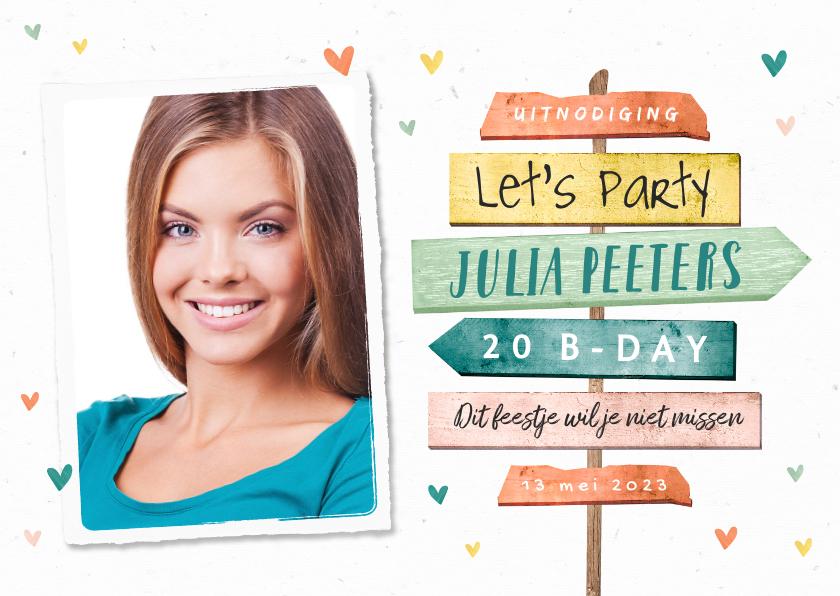 Uitnodigingen - Uitnodiging verjaardag wegwijzers vrouw hip foto hartjes
