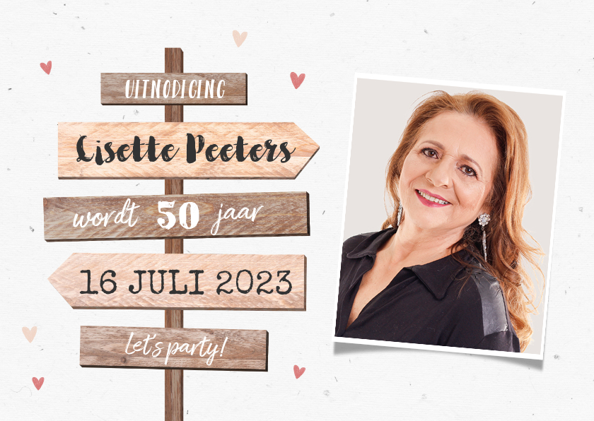 Uitnodigingen - Uitnodigingskaart vrouw wegwijzers hout hartjes foto