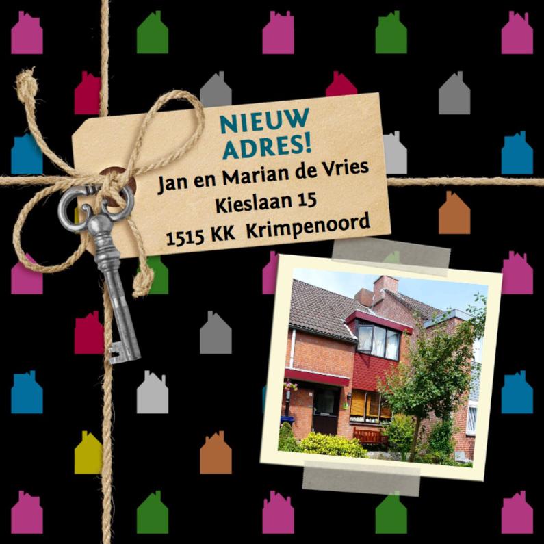 Verhuiskaarten - Gekleurde huisjes foto op zwart