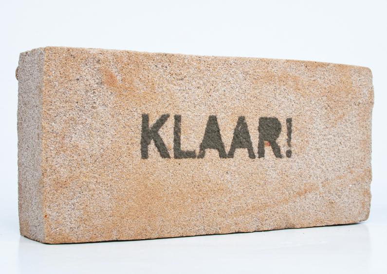 KLAAR van cement letters op zandsteen 1