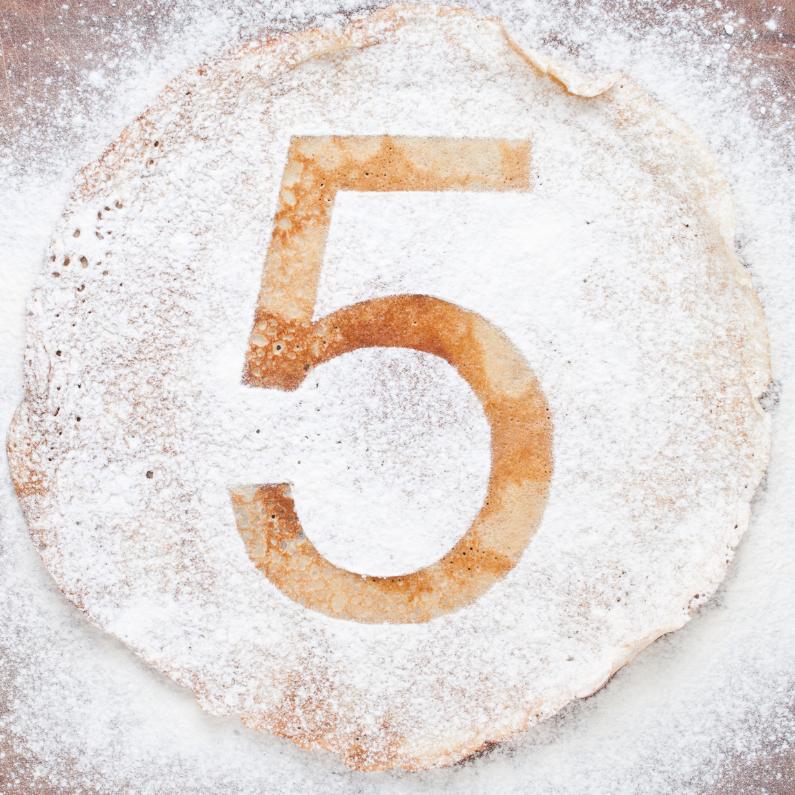 Verjaardagskaarten - 5 op pannenkoek met poedersuiker