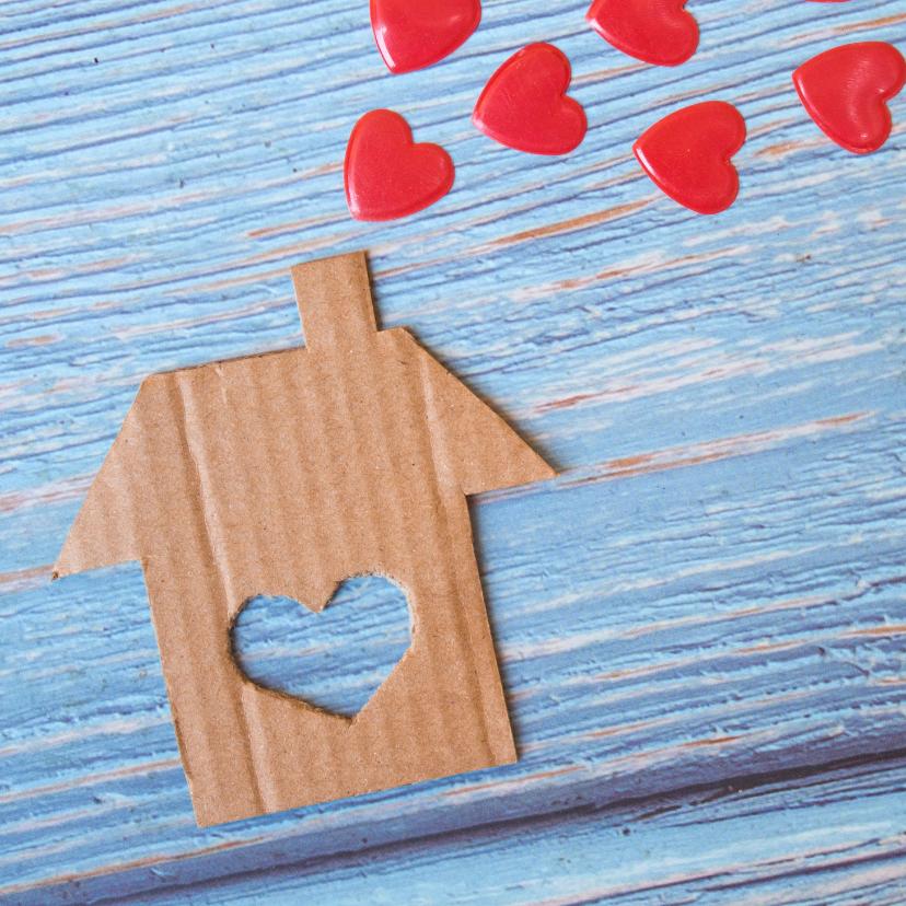"""Welkom thuis kaarten - """"Nieuw huis"""" kaart met kartonnen huis en rode harten"""