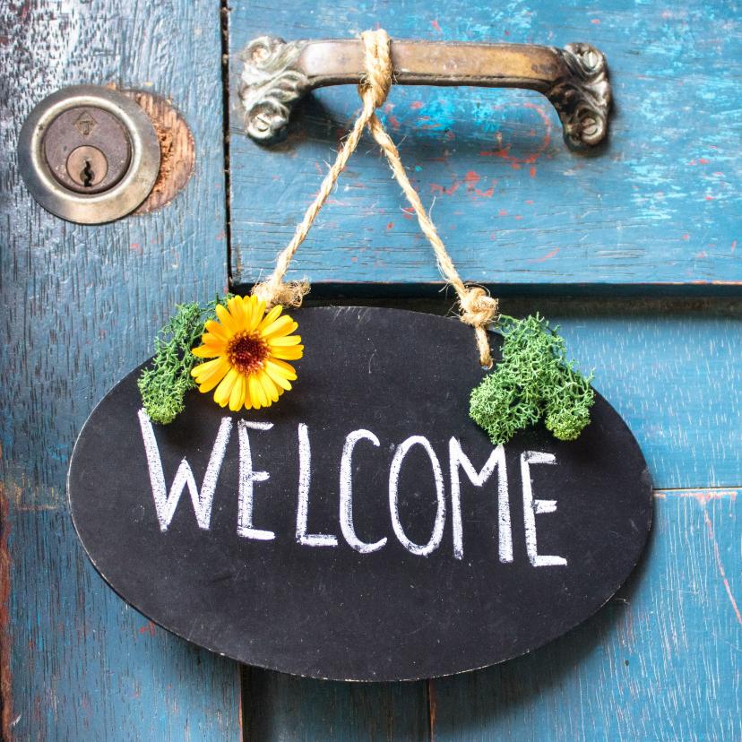 Welkom thuis kaarten - Welkom thuis kaart met krijtbord op een blauwe vintage deur
