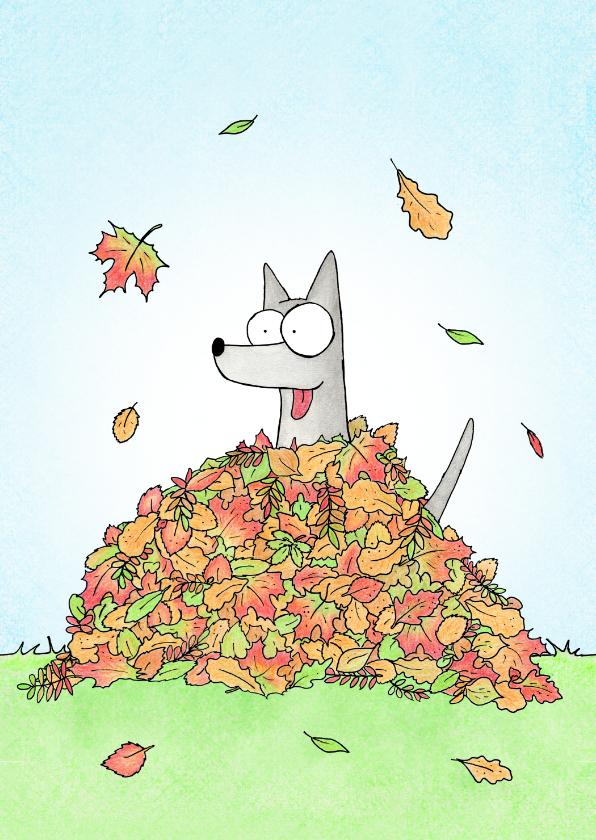 Zomaar kaarten - Zomaar een kaart met een hond in een bladerhoop